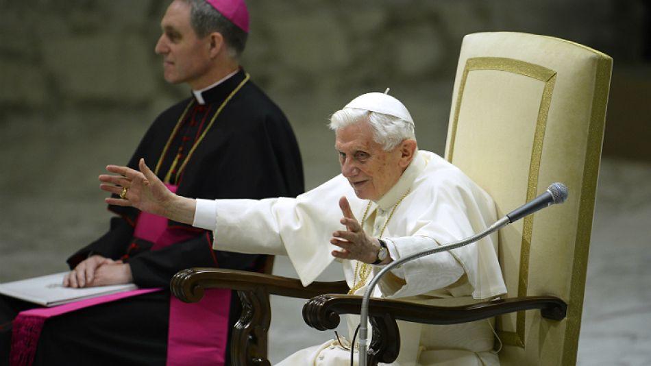 Desde la sala Pablo VI del Vaticano, Benedicto XVI saluda a sus fieles en su último miércoles de ceniza como Papa.