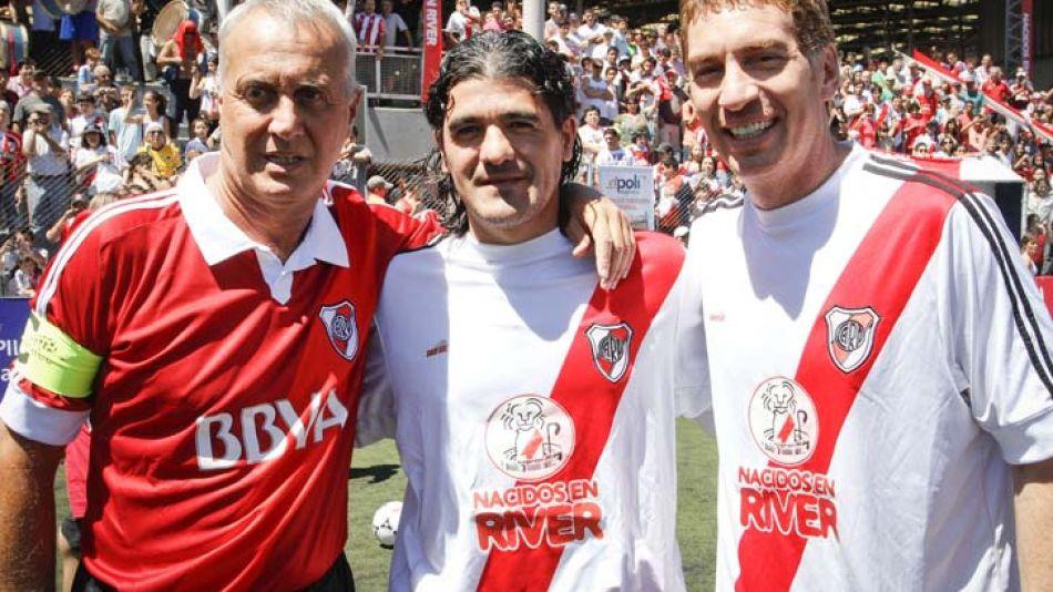 """El """"Beto"""" Alonso, Ariel Ortega y Diego Santilli en un evento solidario."""