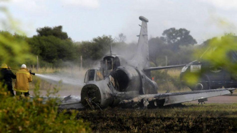 Dos pilotos de la Fuerza Aérea resultaron heridos cuando el avión caza Fightinghawk en el que realizaban pruebas se incendió.