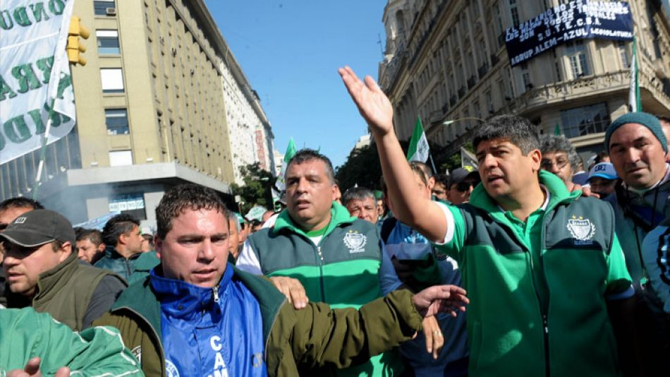 Pablo Moyano junto a camioneros en una de las marchas a Plaza de Mayo.