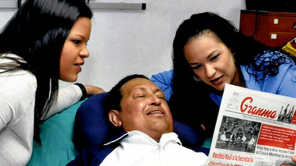 Leyendo el diario. El presidente Chávez apareció ayer en fotos tomadas en Cuba. Se lo ve acostado en la cama del hospital de La Habana, junto a sus dos hijas. Lee el Granma, para mostrar que es una im