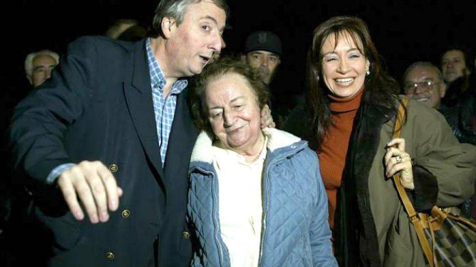 Cristina Kirchner junto a María Juana y Néstor Kirchner.