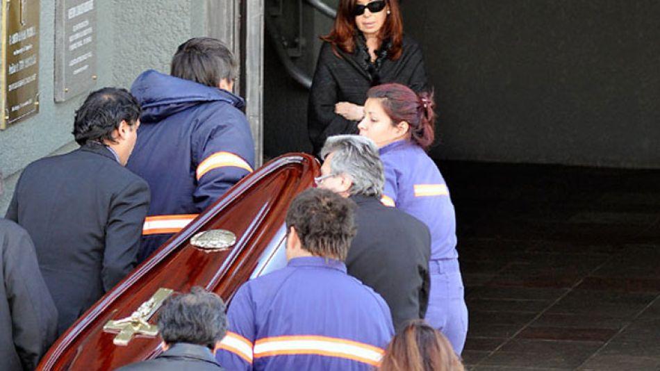 La presidenta Cristina Fernández de Kirchner durante el traslado de los restos de su suegra.