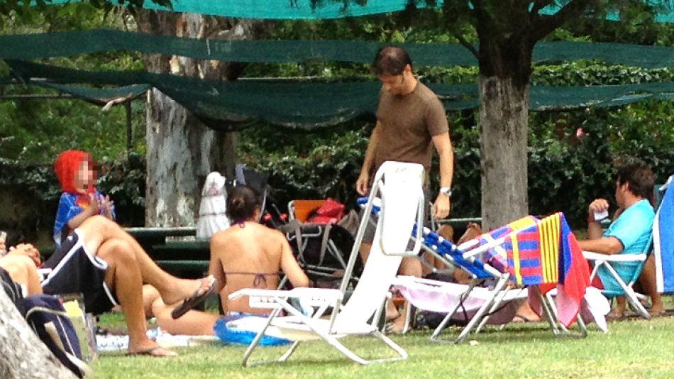 Padres full time. Al mediodía, Axel y Soledad prefieren ir a almorzar con sus dos hijos al comedor que tiene el club para evitar el fuerte sol.