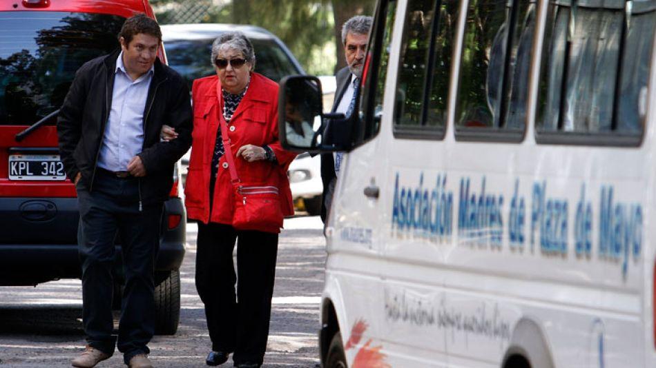 La presidenta de la Asociación Madres de Plaza de Mayo, Hebe de Bonafini, esta mañana ingresando al edificio de Comodoro Py.