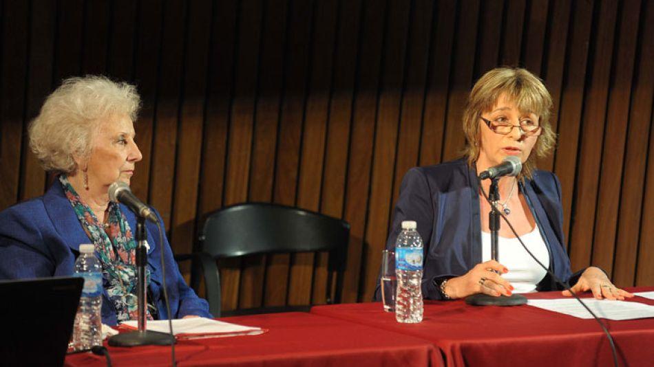 La Procuradora General de la Nación, Alejandra Gils Carbó, junto a Estela de Carlotto, esta tarde en la Biblioteca Nacional.