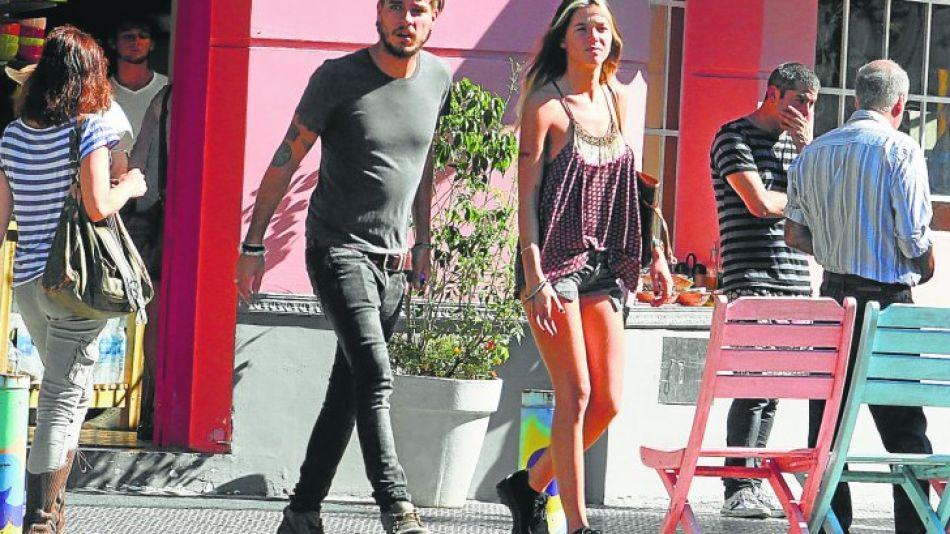 Lucía Celasco y su novio Joaquín Rozas, caminando por Palermo.