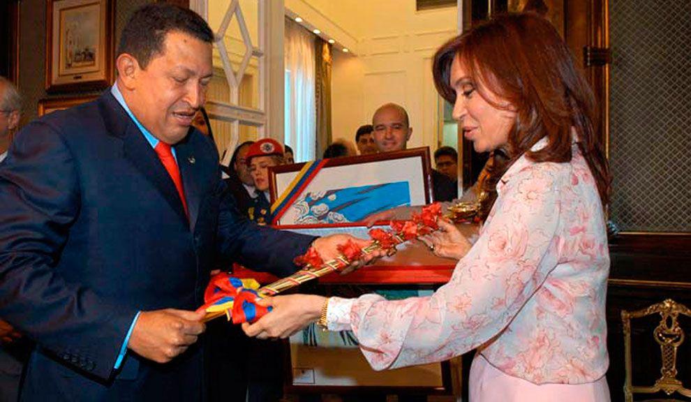 Al día siguiente de su primera asunción como presidenta de Argentina, en 2007, Cristina Kirchner recibió la espada de Simón Bolivar.