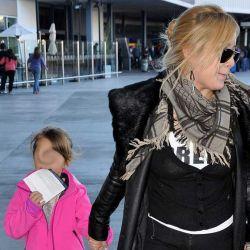 Karina con su hija Sol en Ezeiza