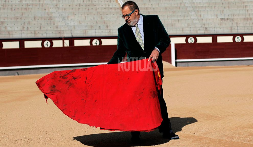 TORERO. Lanata posa para NOTICIAS en la Plaza de Toros de Madrid con el capote característico de los matadores. Viajó a España para recibir un premio. Fotos: Andrés Kudacki (desde Madrid).
