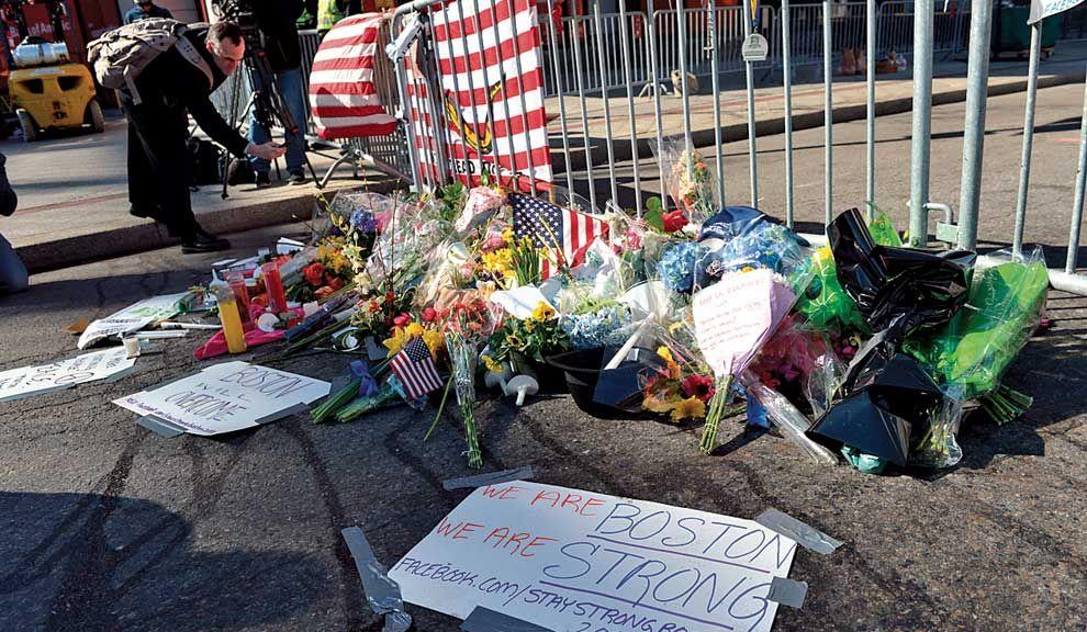 """Fuerza. En la línea de llegada de la maratón, el tributo a las víctimas. La consigna: """"Somos Boston, somos fuertes""""."""