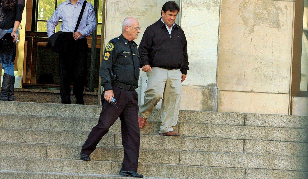 Jueves 9, 14 hs. Guillermo Marijuán sale de los tribunales de Comodoro Py escoltado por la Policía Federal.
