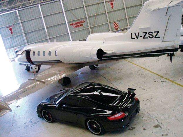 Foto | El Porsche de Elaskar junto al avión de Báez