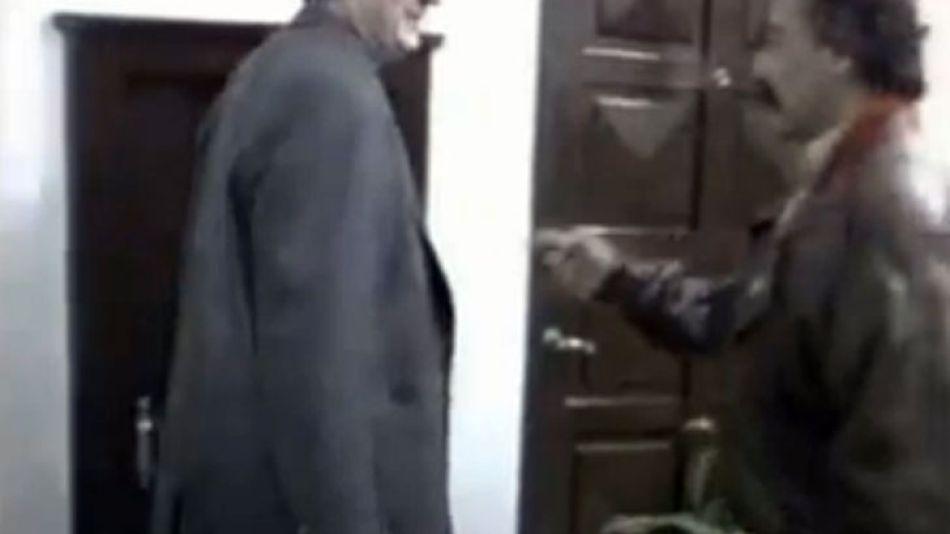 Néstor Kirchner bromea sobre una bóveda junto a un asesor, a finales de los '90, en la gobernación de Santa Cruz.