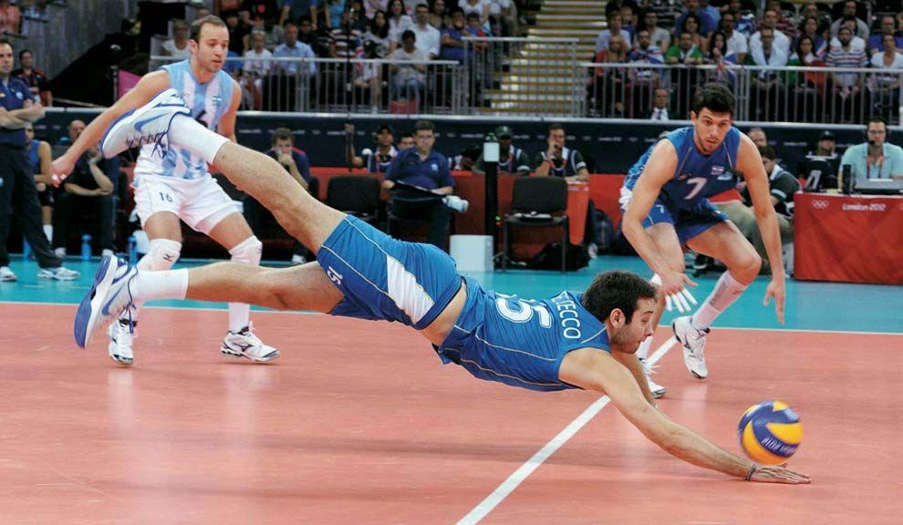 ESTRELLA. Luciano De Cecco, figura de la selección nacional, en acción. Su objetivo: contagiar al público la pasión.
