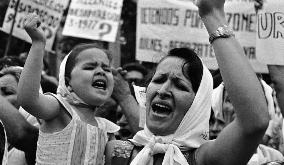 """""""Madre e hija de Plaza de Mayo"""" (1982), su foto más famosa."""