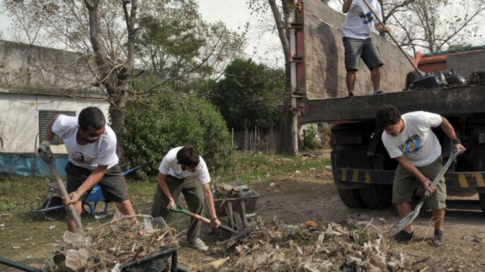 Militantes de La Cámpora en los barrios más afectados por la inudación del 2 de abril.