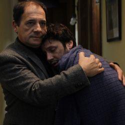 Guillermo y Pedro abrazados