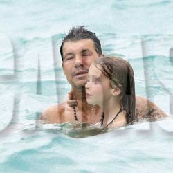 Tinelli en el mar con Helena, hija de Guillermina y Sebastian Ortega