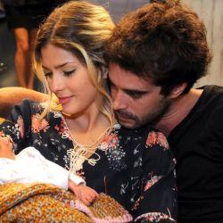 Eugenia Suarez y Nicolas Cabre con un bebé en Los Unicos
