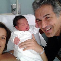 Ivo Cutzarida con su hija recién nacida y su pareja