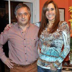 Miguel Schenone y la nutricionista Andrea Purita en el piso del programa de TV Sal de Aventura, especializado en deportes y salud.