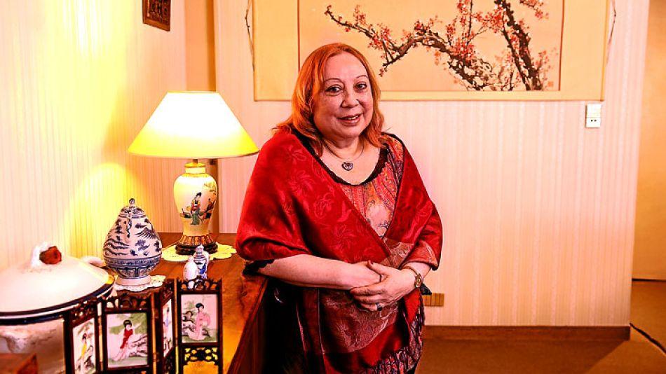 """Dos mundos. Cada rincón de la casa de Yuan está repleto de referencias a """"su segundo país"""". En el living, un dibujo de la flor del ciruelo, a la que ella compara con el psicoanálisis."""