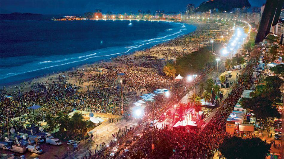 Multitud. Cientos de miles de personas coparon Copacabana y se ubicaron cerca del escenario donde Francisco envió un fuerte mensaje político y social. Además, volvió a romper con el protocolo y a salu