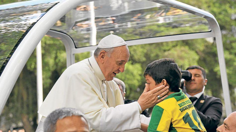 Postales cariocas. El momento más emotivo de la jornada: un niño que quiere ser sacerdote abrazó a Francisco y rompió en llanto. Antes, el Papa rezó el Angelus en público. Los brasileños, jubilosos po