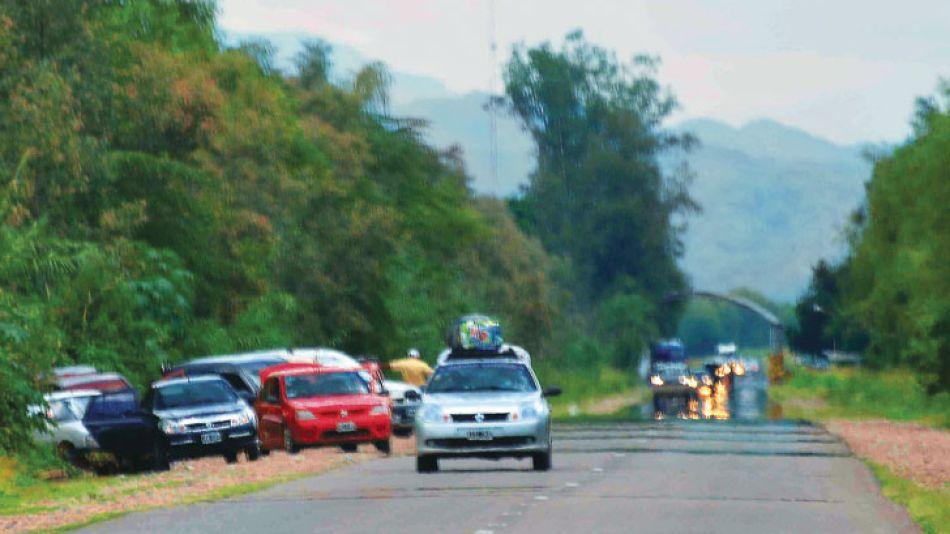 Ruta 50. A cien metros del puesto de Gendarmería, la gente se baja y cruza  por el costado del control con su carga al hombro. Después, vuelven a subirse a los vehículos.