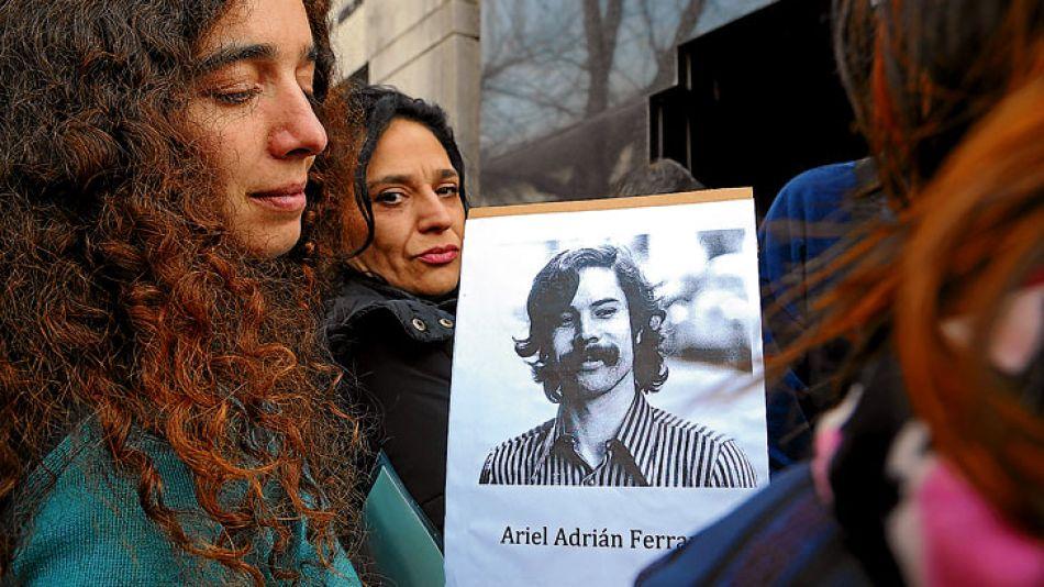 Una de las nietas de Ferrari con la foto de Ariel, el hijo que la dictadura militar hizo desaparecer.