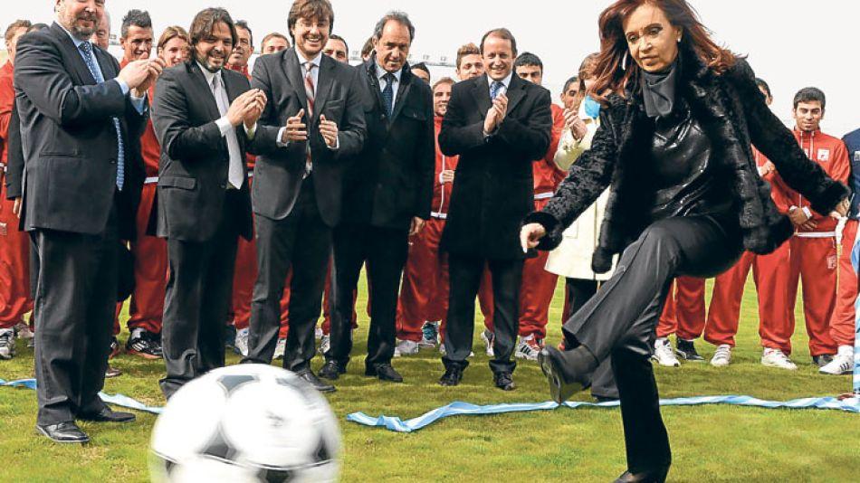 Zurdazo. Ayer, en la reinauguración del estadio de Deportivo Morón, la Presidenta junto a Sabbatella, Ghi, Scioli e Insaurralde.