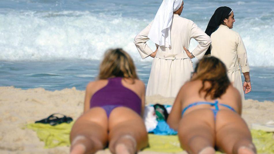 Bikinis vs. hábitos. Copacabana fue invadida por turistas y religiosos convocados por el Papa.