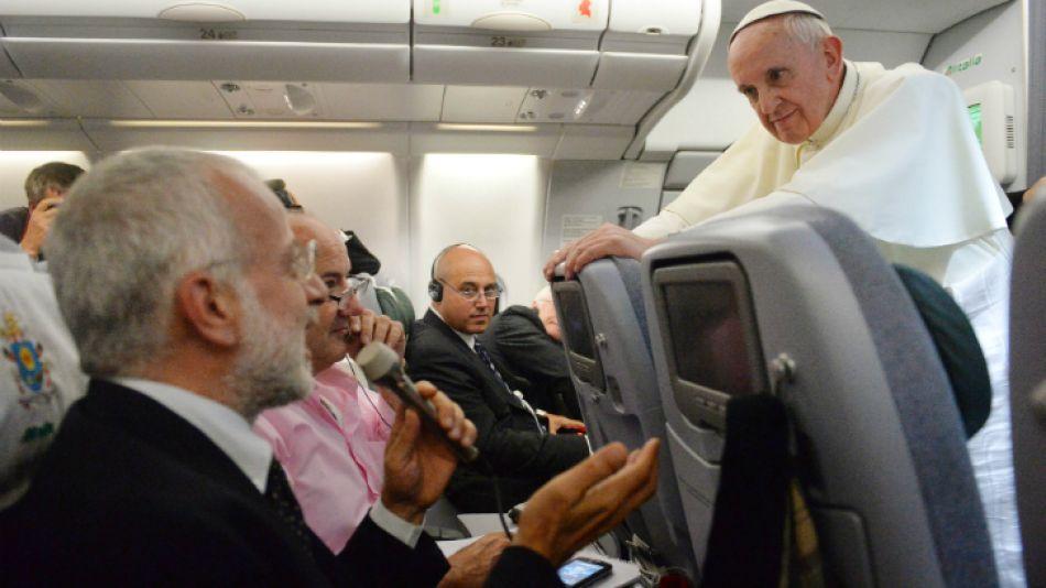 El encuentro de Francisco con los periodistas durante una hora y media del vuelo de Río a Roma en julio de 2013.
