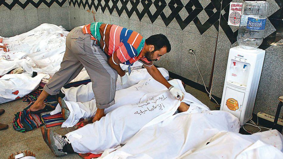 Matanza. Los hospitales de El Cairo se vieron desbordados ayer por la cantidad de víctimas fatales.