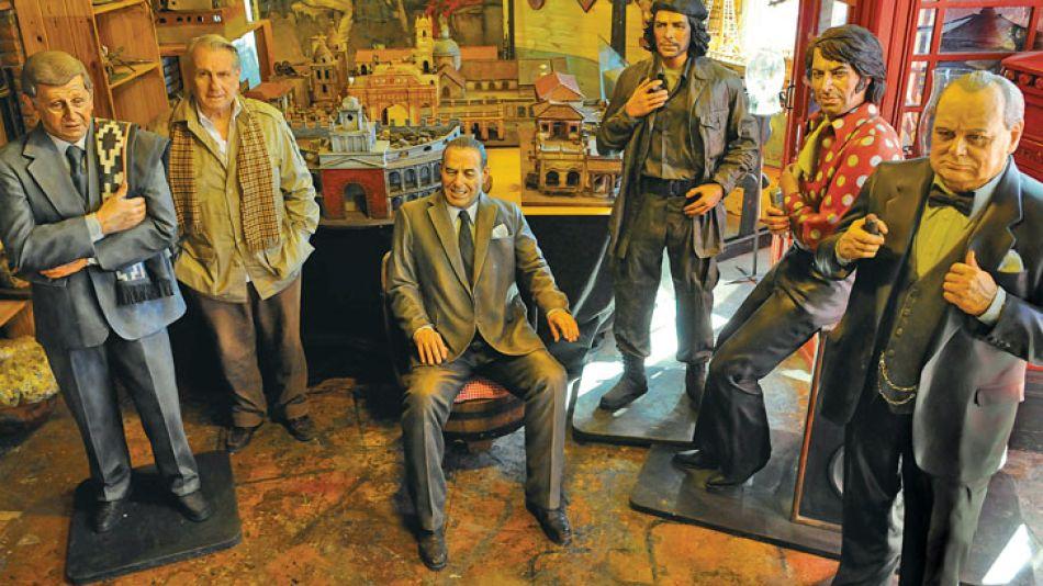 Taller. Con su creador, las réplicas de Luis Landriscina, Juan Domingo Perón, el Che Guevara, Sandro y el inglés Winston Churchill. También Daniel Scioli.