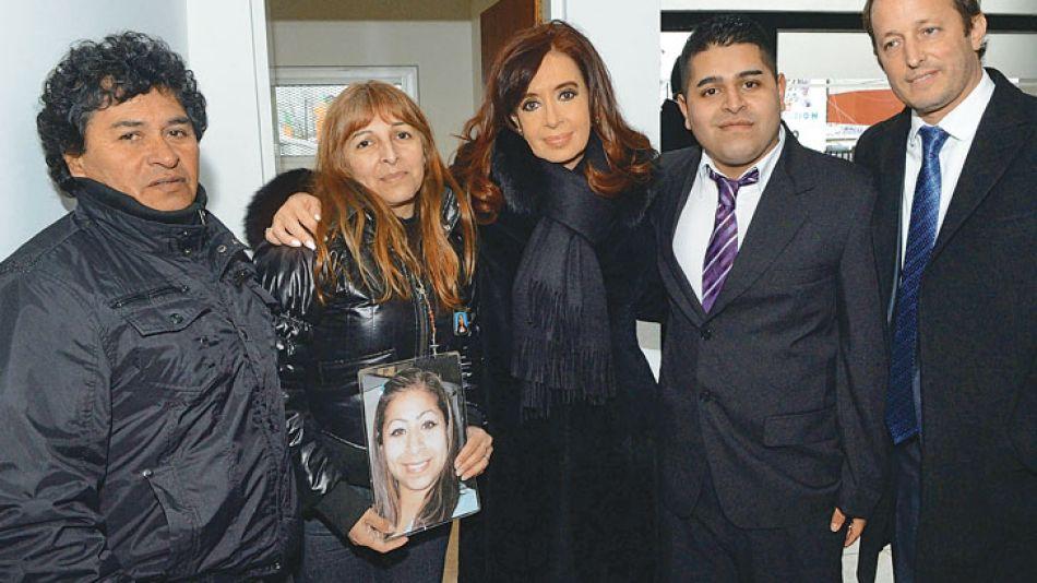 Víctimas. Los padres y el hermano de Fátima con CFK y Martín Insaurralde, en el refugio para mujeres.