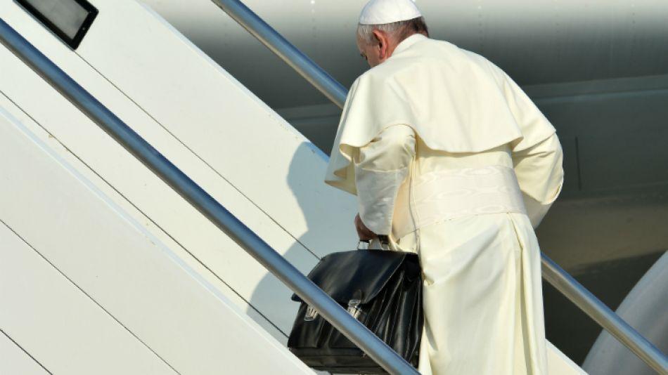 La vida austera de Francisco provocó tantas preguntas como el contenido de su maletín.