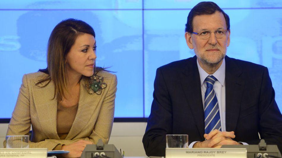 El presidente español Mariano Rajoy y su número 2 en el Partido Popular (PP), María Dolores de Cospedal.