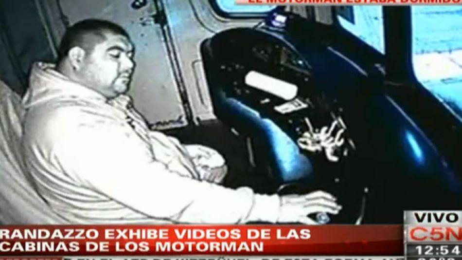 Las cámaras captaron a los trabajadores del tren durmiendo o leyendo libros mientras manejaban.