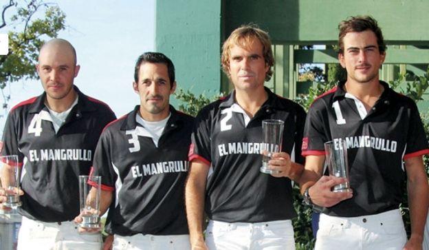 El hijo. Alejandro (tercero desde la izquierda) controla la aviación civil en la ANAC. Fan del polo, tiene un gol de handicap.
