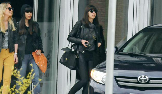 """Florencia Kirchner y sus amigas amigas """"Teté"""" Fernández Rudd y Luciana Poblete, en la puerta del hotel Del Bono Park, en San Juan."""