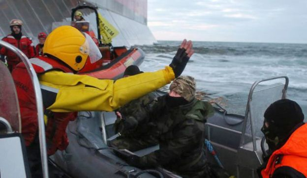 Un guardacosta ruso muestra un cuchillo de forma amenazante a los activistas de Greenpeace.