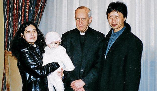 AMIGOS. Liú Ming atendía a Bergoglio en la Catedral de Buenos Aires. Fue a mostrarle a su hija cuando nació.