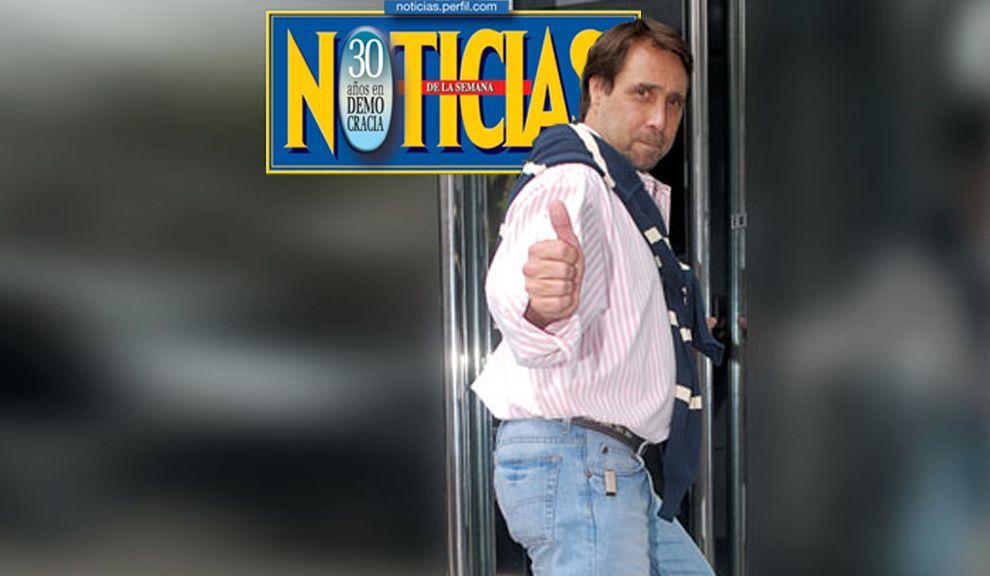 MIÉRCOLES 2. Feinmann en la puerta  de Radio 10, con un  look retro ochentoso.