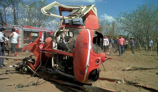 DESPLOME. El helicóptero que transportaba a Gioja, tras la caída en San Juan.