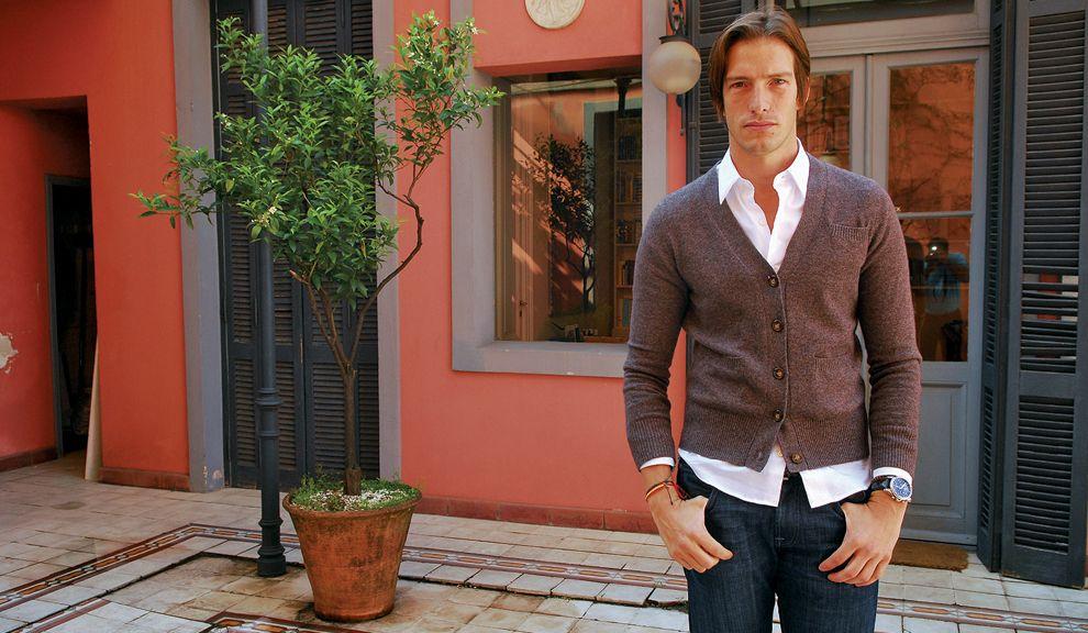 Business. Fantaseó con ser abogado, pero la moda lo absorbió. Finalmente derivó en una línea propia de prendas de cashmere.