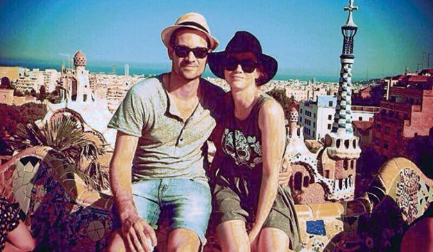 En el Parc Güell. Con su novia, Celeste Cid, en Barcelona: uno de los cuatro viajes que compartieron. Conviven desde hace tres meses.