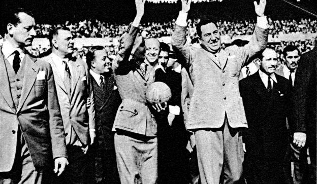 """Eva Duarte y Juan Perón, arriba, en una imagen digna de """"Fútbol para Todos"""". Liderazgos verticales y superproducción audiovisual, claves de la popularidad."""