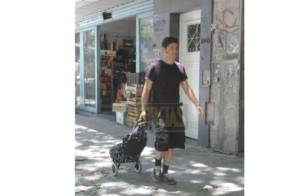 EL BARRIO. Sábado 11, 12 hs. Kicillof sale de su casa en Parque Chas para cumplir con la agenda: compras en